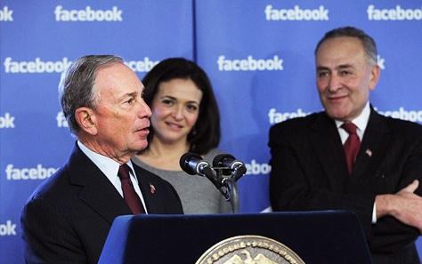 Sheryl Sandberg, COO Facebook (belakang) bersama Mike Bloomberg Walikota New York di sebuah acara pengumuman perluasan Facebook di kantor lokal. (Photo: Spencer Platt/GettyImages)