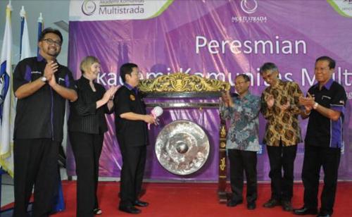 Pemukulan gong oleh Presiden Direktur PT MASA Tbk